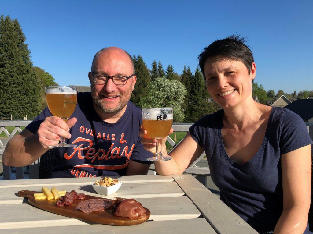 Laurence et Denis en buvant des bières locales - Peak Beer et Blanche de Bellevaux